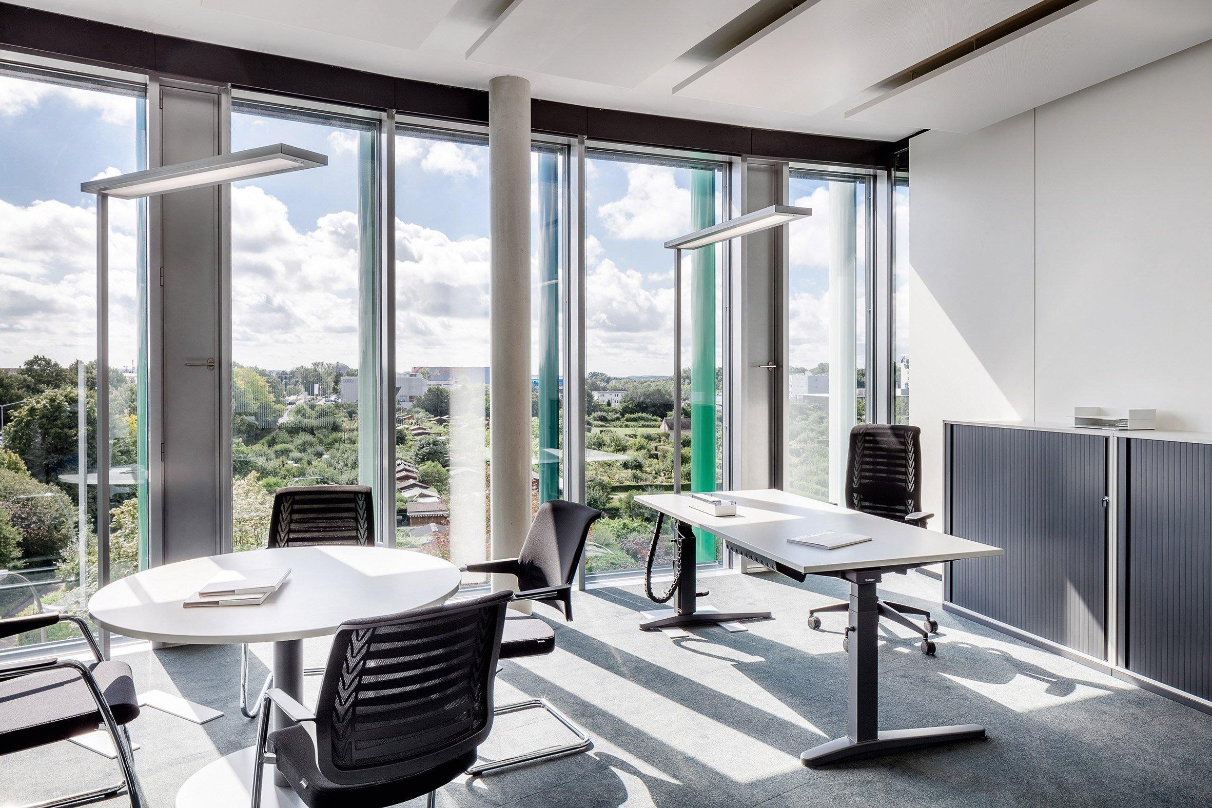 waldmann beleuchtet technologiezentrum mit lavigo stehleuchten. Black Bedroom Furniture Sets. Home Design Ideas